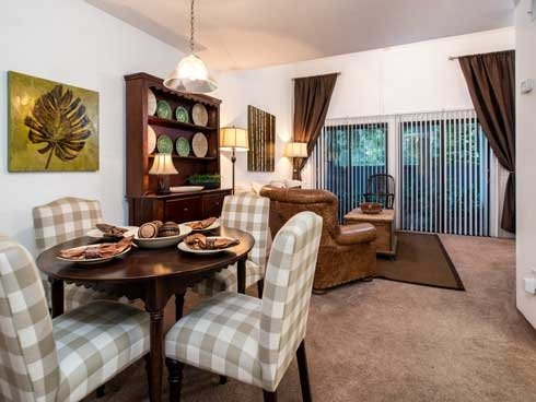Woodland Villas Apartments Dining Area