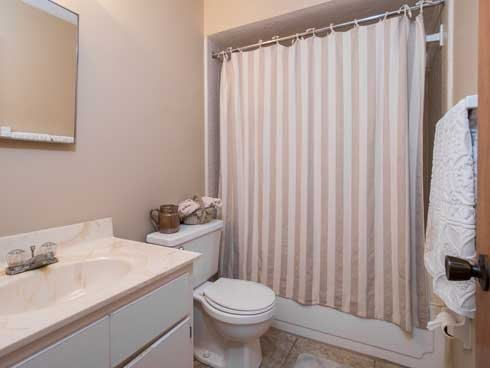 Woodland Villas Apartments Bathroom